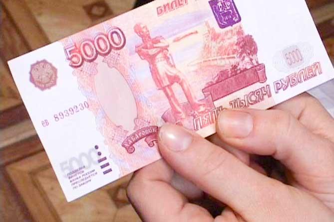 Изображение - Мфо выручайка займ на карту онлайн kupiura-5-tysiach-rublei-piat-v-rukakh
